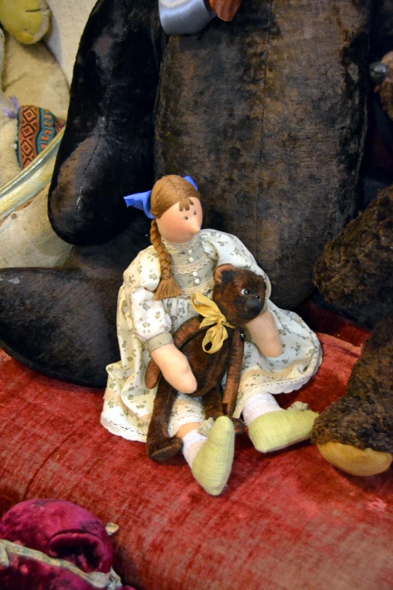 6. Кукла и её кукольный мишка
